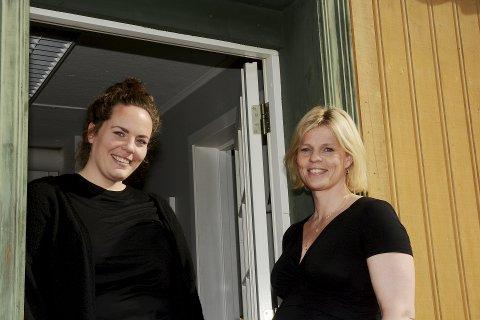 FØLGER MED: - Overgangen fra ungdomsskolen til videregående skole mange unge. Derfor følger vi ekstra godt med, sier Astrid Stensrud, leder for Ungdomsbasen i Lillehammer kommune og LOS-ansatt Suzanne Skogen.