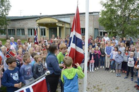 FLAGGHEISING: Flagget gikk til topps på siste skoledag ved Jørstadmoen skole.