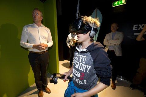 KULT: Teodor Hestnes Undrum ble plukket ut til å teste VR Smart under åpningen ved Energisenteret på Hunderfossen.  - Kult, var kommentaren. Markedsansvarlig Jarle Hovland veiledet 13-åringen gjennom spillet.   Alle foto: Torbjørn Olsen