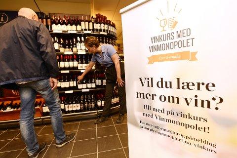 KURS: Kundene er vant til å få råd av betjeningen i Vinmonopolet. Nå inviteres kundene også til kurs.