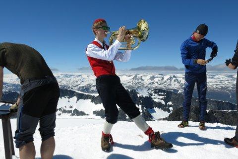 August Vie i Peik Skøyen og Majorstuen skolers korps fra Oslo feirer at han har nådd toppen av Galdhøpiggen.