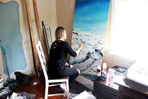 Prosjekt på gang: Elim Åmodt jobber med  et maleri som Fossberg har bestilt med motiv fra Besseggen. I løpet av et par dager hadde Åmodt gjort det ferdig, men da hadde hun malt både dag og natt. Maleriet er 180 cm x 80 cm bredt, og er det største prosjektet hun har hatt.