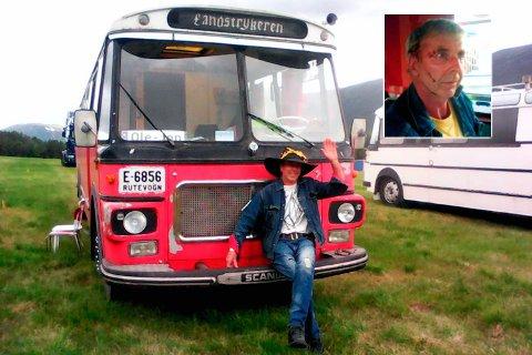 Landstryker: Ole-Jon Engeland fra Gausdal reiser rundt i sin veteranbuss og er glad i å treffe folk. Men møtet med to haikere i Ullensaker mandag ble dramatisk. Han ble slått til blods da haikerne ville ut av bussen.Privat
