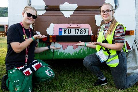 """Ingvild Skjauff (20) fra Vestfold og Inga Borge (20) fra Buskerud er på landsstevnet for henholdsvis fjerde og tredje gang. De to kusinene vekker oppsikt med sin ku-malte campingvogn. - Skiltet på vogna er jo """"ku"""" så da synes vi det var en god ide å male den som en ku, sier de to jentene."""