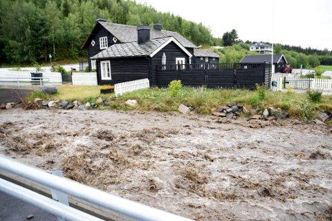 Ulbergsåa på baksida på Harpefoss gikk over sine bredder og nærmet seg faretruende huset til Bente og Arild Haverstad i sommer.