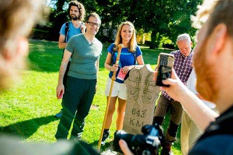 NY STRATEGI: Kulturminister Linda Hofstad Helleland stiller opp på et bilde med Stefano Dominioni, direktør for European Institute of Cultural Routes, før starten på pilegrimsvandringen langs Olavsleden fra Oslo til Trondheim tirsdag.