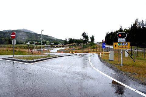 VEGEN SOM SKULLE TÅLE 200-ÅRS -FLOM: Mandag denne uken ble E6 stengt på Harpefoss på grunn av at en sidebekk, Skurdalsåa, gikk over sine bredder og ut på nyvegen.Foto: Kristin Veskje