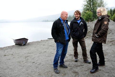 HELT NY FORESTILLING: Nils Ole og Jakob Oftebro sammen med regissør Sigrid Strøm Reibo på Gålåscenen. Fredag 4. august er det premiere.