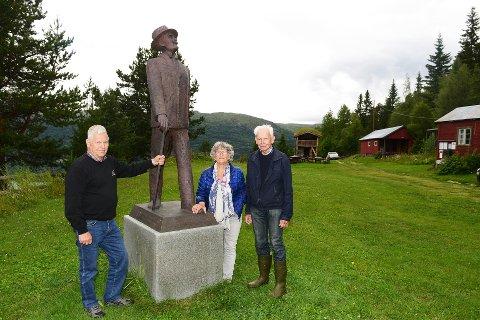 Markering: Tor Brun (t.v.), Unn Bostad og Birger Bostad ved Hamsunstatuen på Skultbakken i Vågå. Nå, førstkommende søndag, blir det markering over at det er 100 år siden forfatteren skrev «Markens grøde», et verk som tre år senere ga ham Nobelprisen i litteratur. Foto:Einar Almehagen