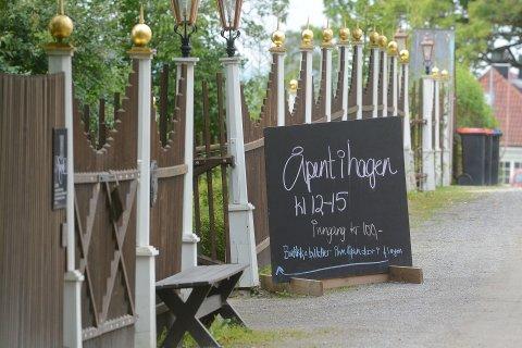Hagelykke: Den historiske hagen på Hovelsrud gård er verdt et besøk i seg selv. Her får du også kjøpt saft og mat fra gården.