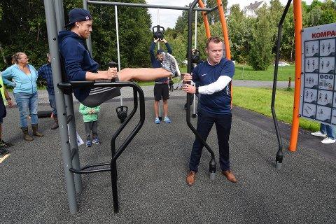 I SVING: Søndag åpnet Lillehammer aktivitetspark. Her ser vi hopper Robert Johansson (t.v.) og ordfører Espen G. Johnsen.