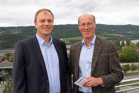 Ny administrerende direktør i Mjøsen Skog fra 1. januar 2018 ble i dag presentert. Steffen Skolseg (t.v) ønskes velkommen av styreleder Terje Uggen. FOTO: BERIT SANNES