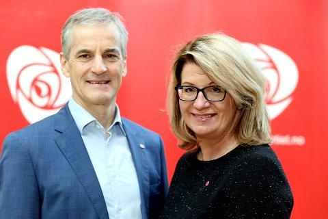 MOTBAKKE: Jonas Gahr Støre har forsøkt å støtte Oppland Aps Hilde Holtesmo fram til plass på Stortinget. Det går trådt. Partiet står to uker før valget i fare for å oppleve et historisk dårlig valgresultat i Oppland.