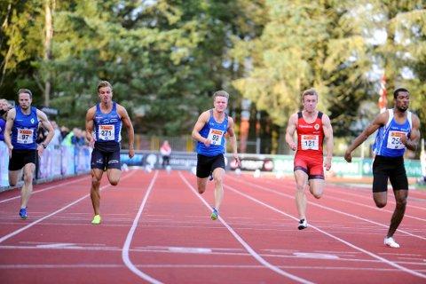 Håkon Morken (i midten) var misfornøyd med femteplass på 100-meter, mens klubbkamerat Tormod Hjortnæs Larsen (t.v.) var fornøyd med sjuendeplassen. Vinneren Jonathan Quarcco (t.h.)