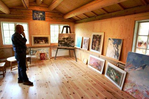 Nytt galleri: Garasjen som skulle bli lager vart så fin at  Wilhelm Ruud Bjertnes (81) har fått seg eige galleri.