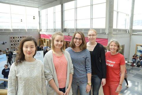 Håper å bli invitert: Jisu Kim (Sør-Korea), Jutta Leppäjärvi (Finland), Lea Katharina Wirz (Tyskland) og   Julia Kuivalainen ( Finland) og er blant studentene som gjerne kunne tenke seg et besøk hos en norsk familie. Studentprest Anne Anker Bolstad oppfordrer folk til å vise gjestfrihet.