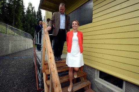 Kulturminister Linda Hofstad Helleland hadde med seg fem millioner kroner til Maihaugens arbeid med å sette i stand Dronning Sonjas barndomshjem da hun kom på besøk fredag.