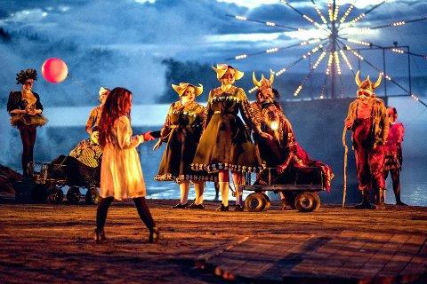 Pariserhjul I Gålåvatnet: Regissør Sigrid Strøm Reibo har skapt nye bilder for publikum på Gålå. Stykket er flyttet fram i tid, og Peer Gynts mislykkede livsprosjekt er en fornøyelsespark, som  blant annet vises gjennom et pariserhjul og et parkmøte på Gålåscena. Foto: Bård Gundersen