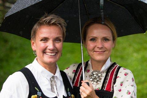 NOMINERT TIL PRIS: Administrerende direktør i Peer Gynt, Marit Lien, her sammen med kulturminister Linda Hofstad Helleland på premieren av årets Peer Gynt forestilling på Gålå.