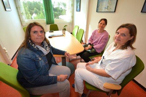 ENDTE GODT: Da Charlotte Ulven Leine (t.v.) tok celleprøve, viste den kreft i livmorhalsen. Heldigvis endte det godt. Her med Anne Rui, kommunikasjonsrådgiver i Kreftforeningen (i midten) og Ann Hilde Berg, gynekolog ved sykehuset i Lillehammer. Foto: Kine S. Hernes