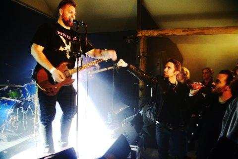 Trøkk: Inne i låven spiller bandet Bokassa - her med vokalist Jørn Kaarstad, som ikke har noe i mot nærkontakt med publikum, som denne vennskapelige knyttneven her. Hardcorefestivalen på Harpefoss har forhåpentligvis kommet for å bli. Alle foto:Einar Almehagen