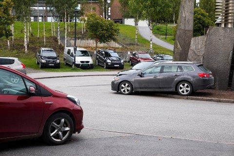 Fulle parkeringsplasser utenfor Håkons hall og Kristins hall under serieåpningen i ishockey.
