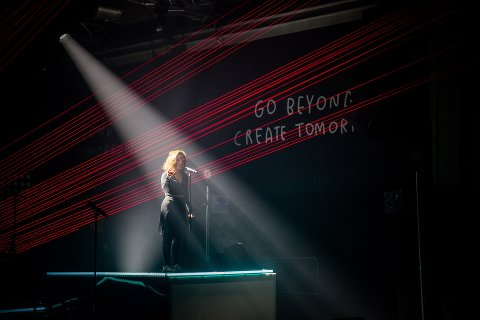 KOMMER: Amanda Delara, her fra en konsert under Ungdoms-OL, da hun sang duett med Nico & Vinz. Foto Aleksander Myklebust