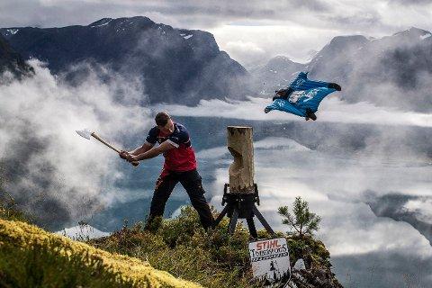 Vebjørn Bleka Sønsteby fra Brøttum viser fram en tømmerhugging-gren, mens Espen Fadnes suser forbi i 250 kilometer i timen.