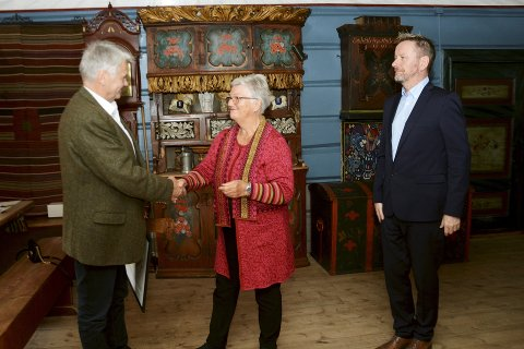 Christian Sulheim vart tildelt Norsk kulturarvs ærespris av styreleiar Kirsti Kolle Grøndahl og direktør Erik Lillebråten.