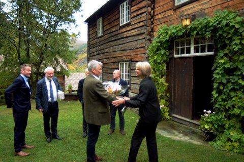 Christian Sulheim blir gratulert av Opplands nye fylkeskonservator Kristin Loe Kjelstad.