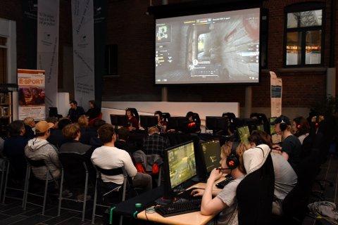 TURNERING: Fredag kveld var Lillehammer bibliotek omgjort til en dataarena der det ble spilt en miniturnering i dataspillet Counter Strike. Publikum kunne følge med på storskjermen og elevene med e-sport på Gausdal videregående skole viste fram sine ferdigheter.