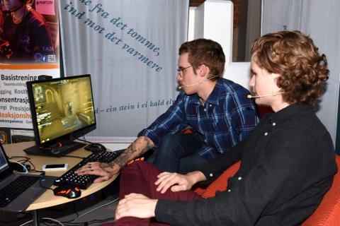 KOMMENTERTE: Martin Bergersen (t.v) og Sander Wiik Hjermstad hadde full kontroll på produseringen og kommenteringen fredag kveld. Wiik Hjermstad er forøvrig en meget habil dataspiller selv og satser seriøst i datalaget Riddle bestående av ungdommer fra Lillehammer som spiller Counter Strike.