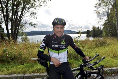 NY SYKKEL: Edvald Boasson Hagen har satt på tempobøylene på landeveissykkelen sin for å gjøre sykkelen, han skal benytte i den spektakulære avslutningen opp til Fløyen med, litt lettere.  Begge foto: Kjell H. Vollan