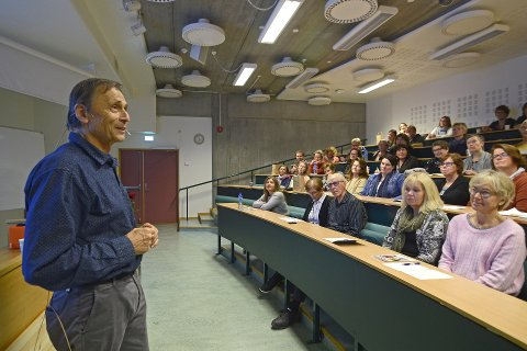 GJØR BEDRE HELSE ENKLERE: Overlege og spesialist i allmennmedisin, Audun Myskja, har ti gode råd til å finne ungdomskilden, det vil si en bedre alderdom. Lørdag holdt han et engasjerende foredrag under «Hold deg frisk»-seminaret på Høgskolen i Innlandet, på Storhove i Lillehammer. Foto: Rune René Kristiansen