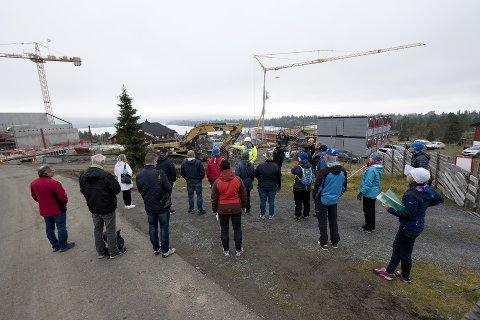 UTBYGGING: Høye byggekraner preger Sjusjøen sentrum. Et bygges mer i Ringsakerfjellet enn noensinne.
