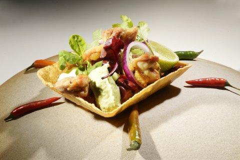 FESTVERSJON: Taco i Kristoffer Hovlands festversjon, med kylling som er smaksatt med egen krydderblanding, til tradisjonelt tilbehør og med hjemmelaget guacamole og lime – og i båtversjonen av tacoskjellene. Den er jo enklere å nyte… Alle foto: Asmund Hanslien