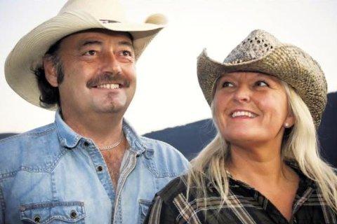 Rita Sørtømme og Ståle Søbye fra Sør-Fron, kjent som duoen Rita & Ståle, får amerikanske countryartister hjem i stua søndag.