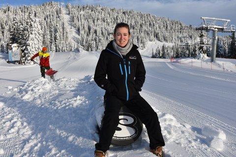 FOLKETOMT: Det var påskevær i  skisenteret på Sjusjøen i går, men ikke ett eneste menneske i bakken. Bare Sondre som gravde frem railen, og Stine Aaseth som kunne ta seg en pause i sola.