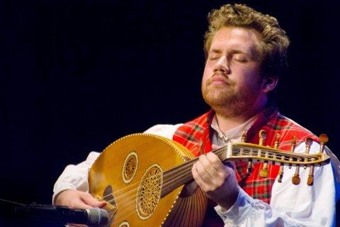 ARABISK LUTT I GUDBRANDSDALSBUNAD: Andreas Vangen Andersen fra Sør-Fron, spiller ørkenblues og jazz i tre band og tre konserter på rad i festivalteltet under DølaJazz fredag kveld.