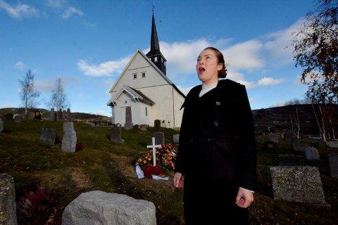 BEGRAVELSESSANGER: Mezzosopranen Ruth Olina Lødemel har slått seg ned i Auggedal. Hun er profesjonell begravelsessanger. Her ved Follebu kirke.