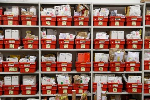 MINDRE BREV. Stadig færre får brev i posten. Her fra Postens ubesørgelighetsavdeling på Lørenskog.