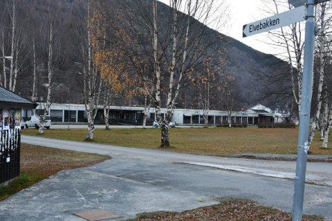 HENT AS skal bygge ny barneskole på Otta på denne tomta, Elvebakken.  Arbeidet starter juni neste år med en kostnadsramme på 203 millioner kroner.