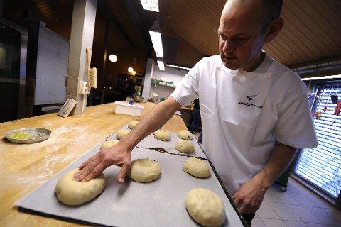 BAKEREN I LOM: Morten Schakenda har sagt ja til å levere bakervarer fra Lom til bakeriutsalg og kafe i landsbyen Ringebu.