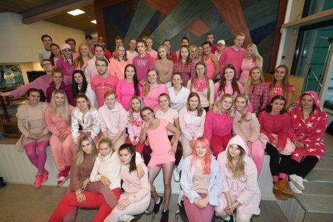 Russen ved den videregående skolen på Otta kledd i rosa til støtte for kampen mot brystkreft og senskader etter behandling.