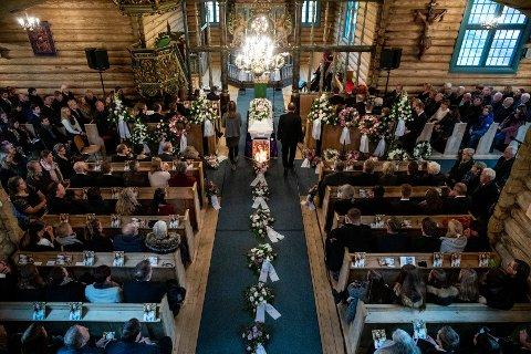 En fullsatt Sødorp kirke på Vinstra tok farvel med den 16 år gamle Laura Iris Haugen.