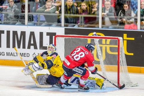 Austin Cangelosi setter pucken bak Storhamars målvakt Oskar Östlund og gri hjemmelaget ledelsen 3-2 i Hockey Classic-kampen i Håkons Hall på Lillehammer mellom mjøsrivalene Lillehammer og Storhamar.