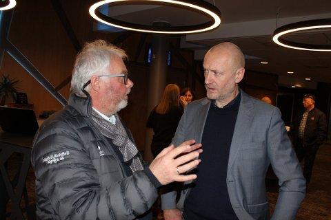 VIL SAMARBEIDE: Roger Solheim, til venstre, fra Narvik vil gjerne lære av Stein B. Olsen fra Hafjell/Kvitfjell og kompetansen de har opparbeid seg gjennom flere tiår. Begge var til stede mandag kveld da Skiforbundet la fram sin avgjørelse for alpin-VM i Norge i 2027.