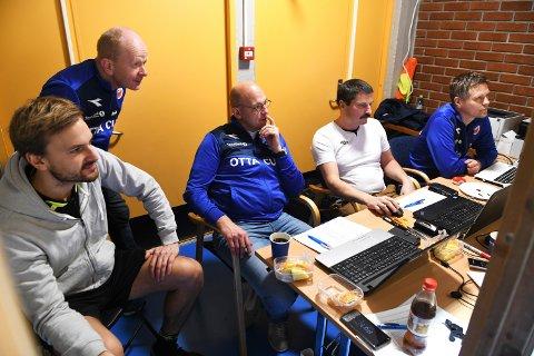 Uten frivillige ingen Ottacup: Her er sekretariatet med mer: dommer Jon Sletten Hansen, daglig leder i Otta IL Rolv Myrum, Kai Kleiven, Steinar Dahlen og Olav Hosarøygard.