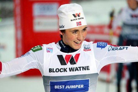 Jarl Magnus Riiber etter at han gikk inn til seier i verdenscuprennet  i kombinert på Lillehammer fredag.
