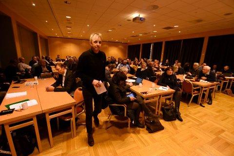 Regionrådsleder i Lillehammerregionen, Hans Oddvar Høistad, er bekymret over at flere arbeidsplasser på Lillehammer kan bli flyttet til Hamar i den pågående organiseringen av Innlandet fylkeskommune og fylkesmannsembetet.